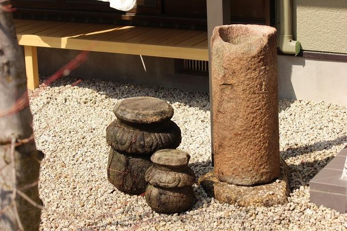 立つくばいとかわいい石の椅子