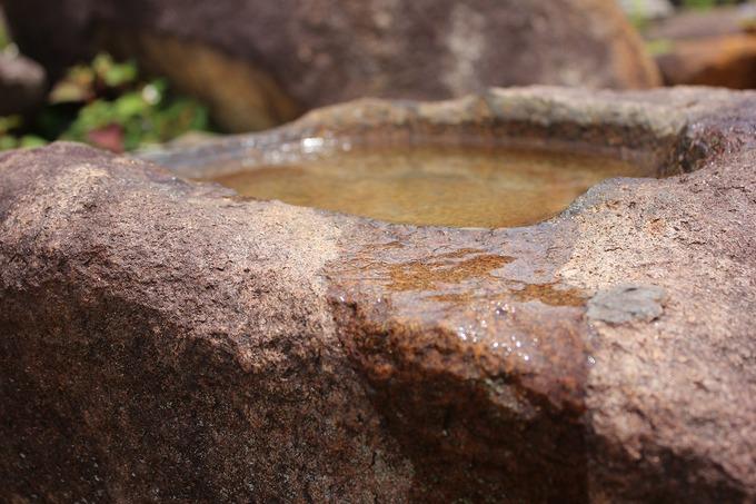 蹲から水が流れる