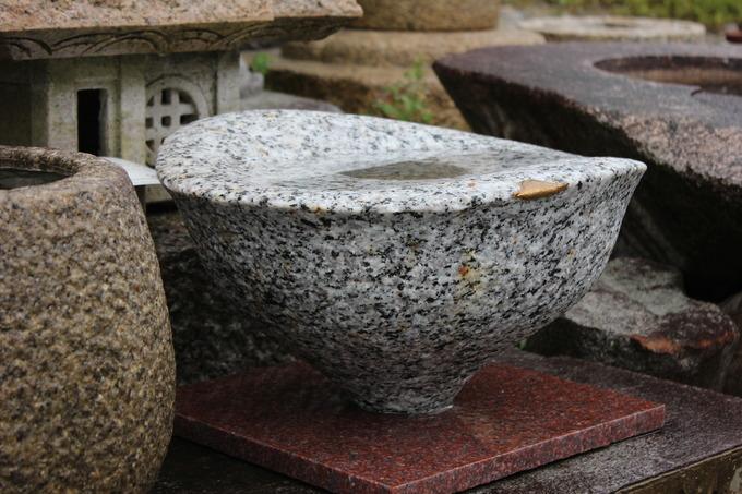 石のモダンな水鉢 つくばい花器