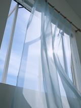 白い窓とカーテン
