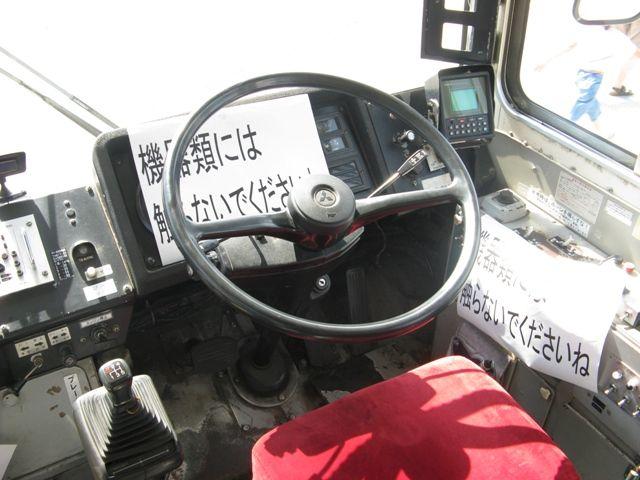 赤バス運転席 運転席はこんな感じです。ハンドルの形状がレトロですね。実際に腰掛けてみま...