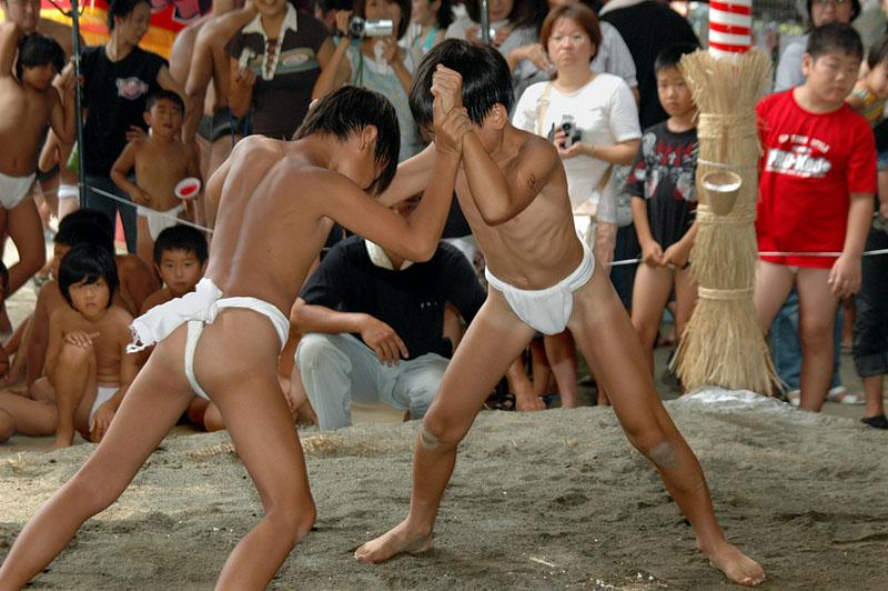 ふんどし 相撲 少年 お相撲さんのあそこが気になり、ふんどしの横から至近距離でガン ...