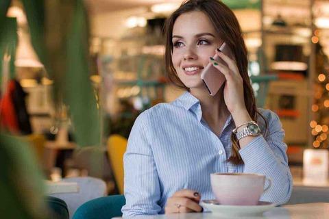 飲食店や電車では、会話はOKなのになぜ携帯での通話はダメ?