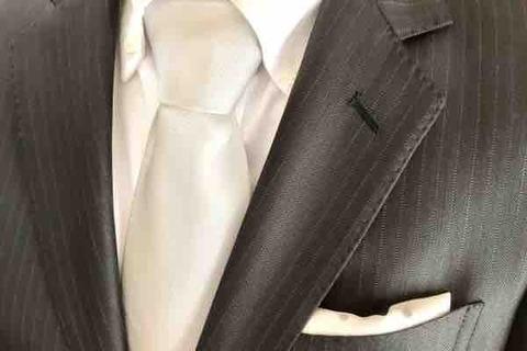 襟のボタン穴、何のため?