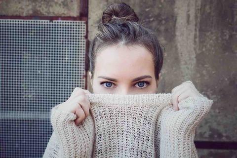 男性と目が合った時、目をそらす女性の心理とは?人間心理の雑学