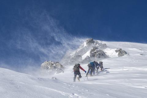山で遭難!下山するべき?頂上を目指すべき?
