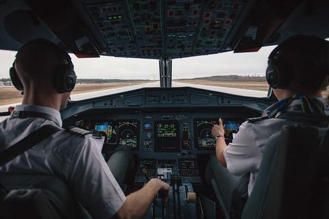 機長と副機長の機内食は必ず別メニューだよ。飛行機の雑学