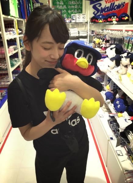 つば九郎を抱きしめる都丸紗也華