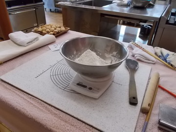 まず300gの強力粉、砂糖、塩、ドライイースト、お湯を軽量し混ぜる