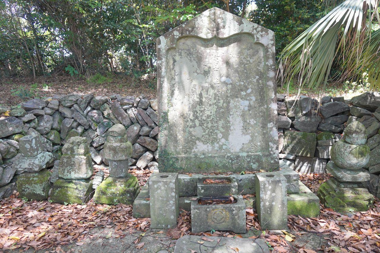 宇久氏七代の墓(宇久競の墓)