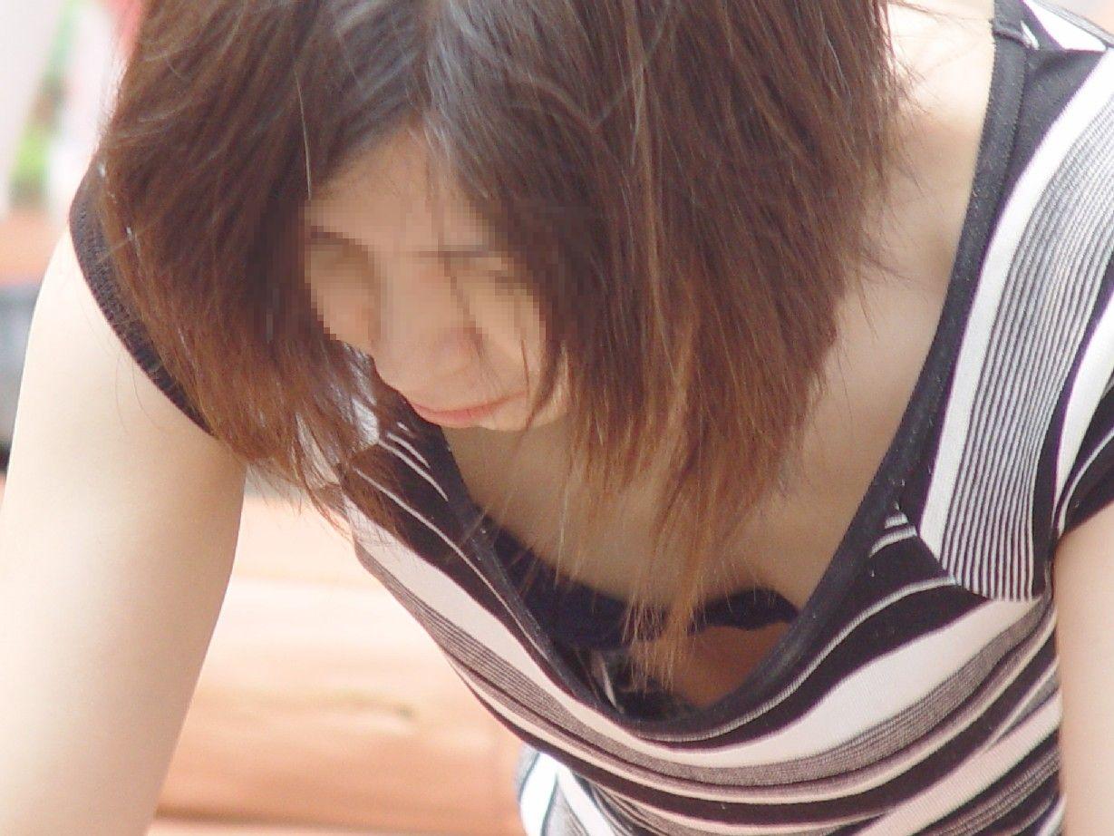 e-img19592 【胸チラ】胸の大きくあいた洋服ハプニング!思わず見てるこっちがドキドキし.