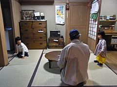 110406あやかちゃん&はるかちゃん&おじいちゃん@ふるさと文化館