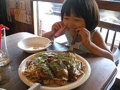 090828あやかちゃんお好み焼きを食べる