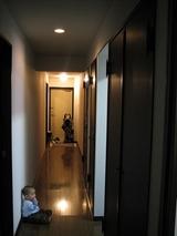 廊下でたたずむ子供