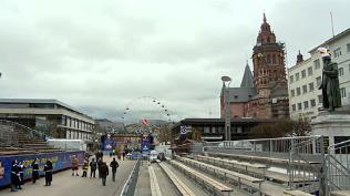 Blick Mainzer Dom und Gutenberg-Statue mit Narrenkapp