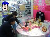 りかちゃん売り場の前で、谷本さん。