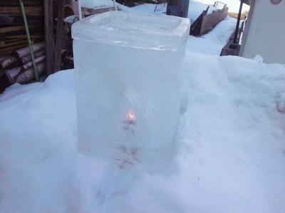 氷の中にともしび