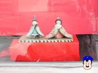 八百源さん 小窓の小さい雛人形