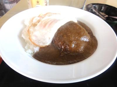 バーグカレー目玉焼