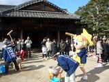 後楽園で餅つく 岡山県のマスコット ももっち♪
