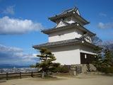 日本一高く美しい扇の城壁 丸亀城天守閣と瀬戸大橋