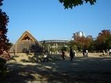 弥生時代の竪穴住居と桃太郎スタジアム