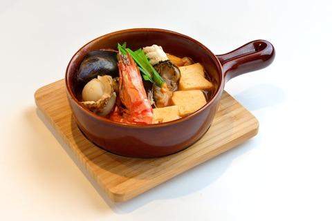 飛龍土鍋に盛り付けられた海鮮チゲ