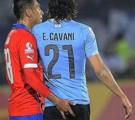 カバーニ、お尻の穴に指を入れられ退場に スアレスのアソコも触っていたチリ代表ハラ【動画あり】