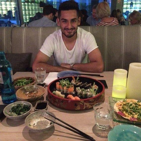 寿司と枝豆を箸で楽しむギュンドアン「シンジが使い方を教えてくれた」