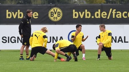 Dienstag 02.09.2014, 1. Bundesliga, Saison 2014/2015, Training BV Borussia Dortmund, Shinji KAGAWA (BVB) und Sven BENDER (BVB), im Gespraech, Gestik  Foto: DeFodi.de +++ Copyright Vermerk DeFodi.de -- DeFodi Ltd. & Co. KG, Wellinghofer Str. 117, D- 44263 D o r t m u n d, sport@defodi.de, Tel 0231-700 500 44, Fax 0231-700 54 90, C o m m e r z b a n k  D o r t m u n d, Kto: 36 11 76 100, BLZ: 440 400 37 // BIC COBADEFFXXX // IBAN: DE74 4404 0037 0361 1761 00 // Steuer-Nr.: 315/5803/1864 , USt-IdNr.: DE814907547 - 7% MwSt.