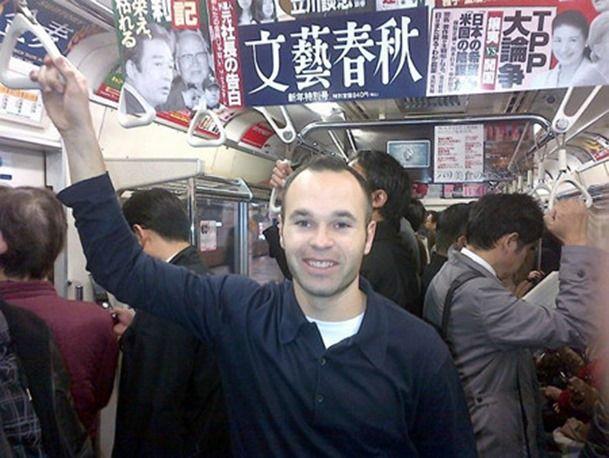 イニエスタが完全に一般人!!日本の電車に乗っても違和感なし