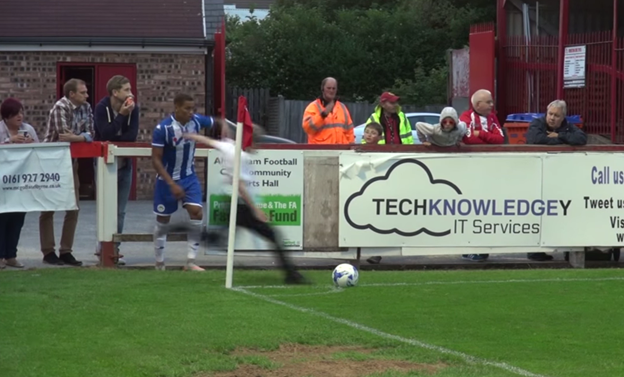 英サッカーの試合で少年が乱入してコーナーキックを蹴ってしまう!【動画あり】