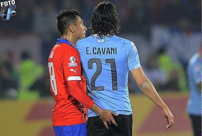 酷すぎる!お尻の穴を触られたカバーニ、W杯南米予選2試合出場停止に