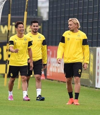 Dienstag 02.09.2014, 1. Bundesliga, Saison 2014/2015, Training BV Borussia Dortmund, Shinji KAGAWA (BVB), Lacht, hinten Ilkay GUENDOGAN (BVB), Marcel SCHMELZER (BVB)  Foto: DeFodi.de +++ Copyright Vermerk DeFodi.de -- DeFodi Ltd. & Co. KG, Wellinghofer Str. 117, D- 44263 D o r t m u n d, sport@defodi.de, Tel 0231-700 500 44, Fax 0231-700 54 90, C o m m e r z b a n k  D o r t m u n d, Kto: 36 11 76 100, BLZ: 440 400 37 // BIC COBADEFFXXX // IBAN: DE74 4404 0037 0361 1761 00 // Steuer-Nr.: 315/5803/1864 , USt-IdNr.: DE814907547 - 7% MwSt.