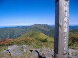 西朝日岳山頂(以東岳へと続く縦走路をバックに)