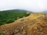 刈田岳山頂もガスの中、う〜ん、どうしようか・・・?