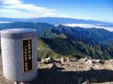 大朝日岳山頂(飯豊連峰&祝瓶山をバックに)