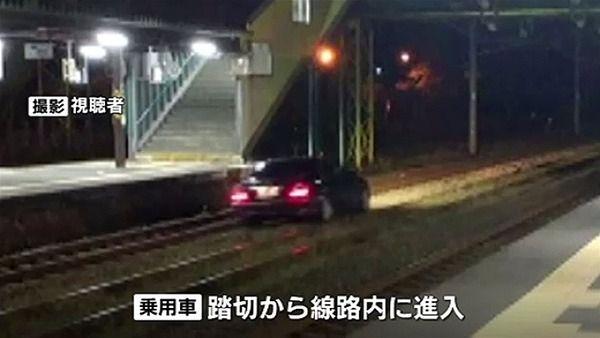 【マリオカート?】83歳のジジイ、踏切を交差点と間違え線路内に進入した挙句、駅を通過し1.2キロを爆走wwwwwwwwwwwwwwwwwwwwwww