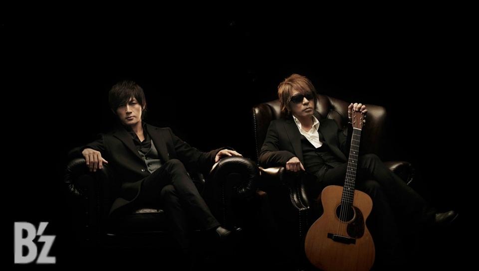 松本孝弘とソファに座る稲葉浩二