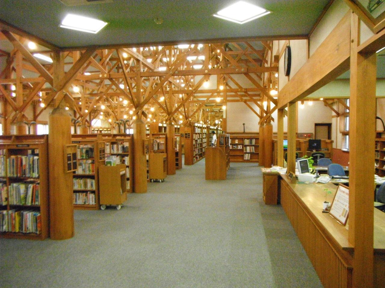 芸術的な図書館ですよ