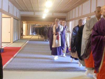 2.大勢の僧侶入堂