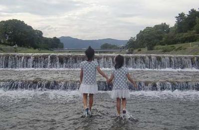 賀茂川で仲良し孫姉妹