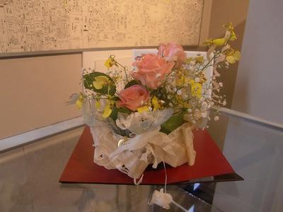2.かんなくずと食膳金箔で飾られたお花