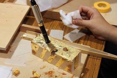 5-仏壇あまり木が金箔押しのペンたてに蘇る