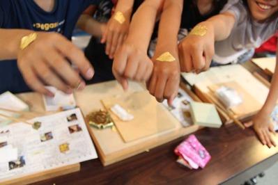 6-小学生が金箔押し体験