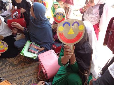 5-151208ブログ 笑顔シール アフガンの子