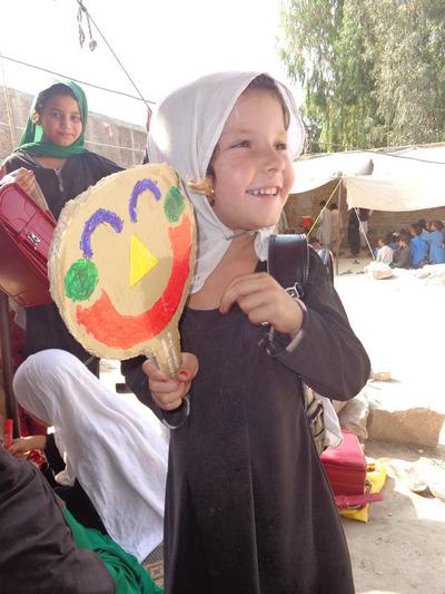 6-151208ブログ 笑顔シール アフガンの子