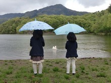 孫と雨の宝ヶ池