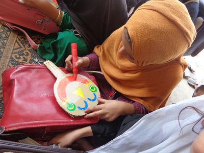 3-151208ブログ 笑顔シール アフガンの子