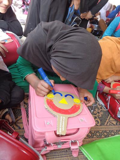 4-151208ブログ 笑顔シール アフガンの子